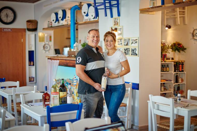Babis Vasileiou Ehefrau Papachristu Dimitra die Inhaber der Taverne Yiassas heissen Sie Wilkommen